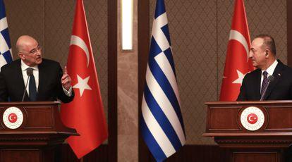 Un momento de tensión en la rueda de prensa entre los ministros de Exteriores griego, Nikos Denidas (izq), y turco, Mevlüt Çavusoglu (dcha), en Ankara.