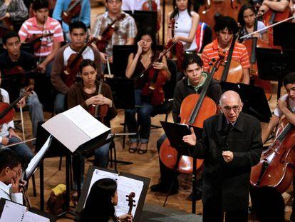 El músico José Antonio Abreu charla con miembros de la orquesta de Caracas en enero de 2009.