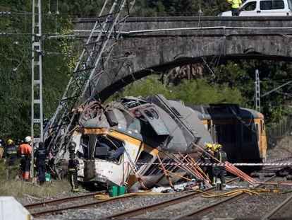 Equipos de rescate trabajan en el lugar del accidente de tren en O Porriño (Pontevedra) tras descarrilar en septiembre de 2016.