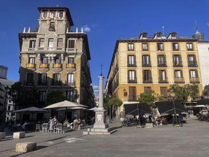 Terrazas en la plaza de Ramales este martes. A la izquierda la del Café de los Austrias; a la derecha, la de la Taberna de Ramales.