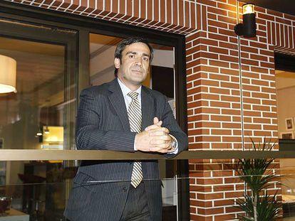 Jabyer Fernández, presidente del grupo Afer, posa en uno de los modelos de pisos prefabricados presentados el pasado mes de junio.