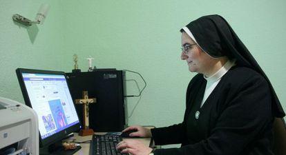 Blanca Alonso, maestra de novicias en las Siervas de Jesús, en Madrid, muestra la página de facebook de la congregación.