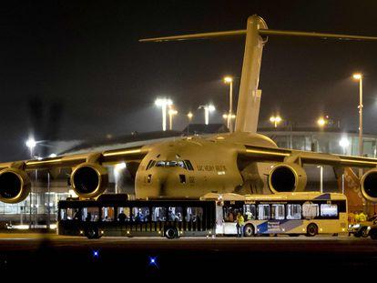 Los evacuados holandeses de Afganistán desembarcan en una plataforma en el aeropuerto de Schiphol cerca de Amsterdam, el 18 de agosto.