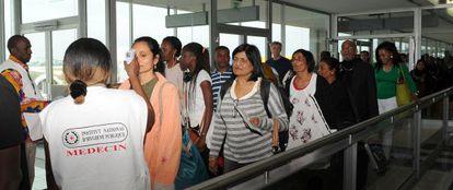 Control médico en el aeropuerto de Abiyán, en Costa de Marfil, para intentar evitar la propagación del virus del ébola.