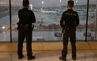 Dos agentes patrullan Barajas tras los atentados de París.