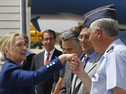 Hillary Clinton saluda al general Luis Miguel Yagüe, jefe de la base de Torrejón.