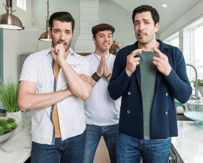 Escena de 'Brother vs Brother', en el Drew y Jonathan compiten por ver quién reforma mejor una casa y el hermano mayor de los gemelos, J.D., hace de árbrito.