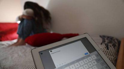 Una adolescente en su habitación, una tablet con el texto: