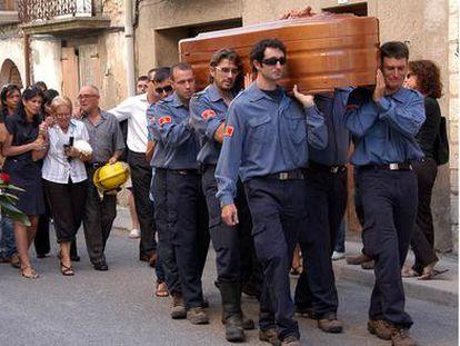 Funerales por uno de los cinco bomberos muertos en el incendio forestal de Horta de Sant Joan (Tarragona) en julio de 2009.