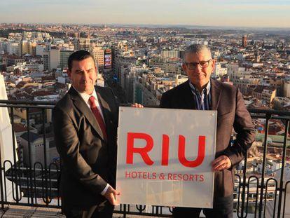 Pepe Moreno, consejero de RIU, y Carlos Guindos, director de branding, posan en la azotea del edificio España.
