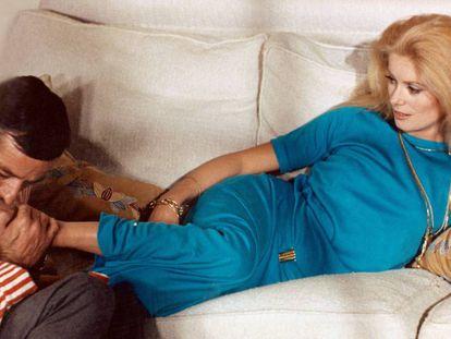La película 'Manon 70' (1967) evoca el fetichismo del s.XVIII (el de 'Las amistades peligrosas'). En la imagen, Jean Aurel besa los pies de Catherine Deneuve. La banda sonora la firma Serge Gainsgsbourg y el vestuario es de Emanuel Ungaro.