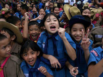 Estudiantes celebran el rescate frente al hospital de Chiang Rai.