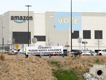 Pancartas en el almacén de Amazon en Bessemer (Alabama), el pasado 5 de marzo.