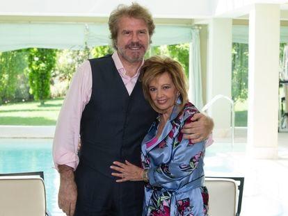 La periodista María Teresa Campos y Edmundo 'Bigote' en la casa de la periodista, en Madrid, en mayo de 2018.