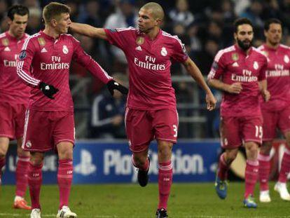 Pepe celebra con Kroos la victoria contra el Schalke