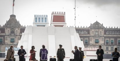 El Presidente con la maqueta monumental del Templo Mayor de Tenochtitlán frente a Palacio nacional.
