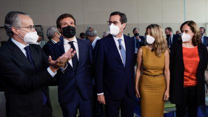 La alcaldesa de Barcelona, Ada Colau (derecha), posa con otros cargos políticos y empresariales antes de intervenir en el Círculo de Economía, el pasado junio.