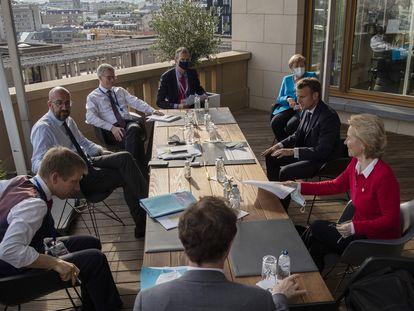 El presidente del Consejo Europeo (en el centro a la izquierda) charla con la canciller alemana, Angela Merkel; el presidente francés, Emmanuel Macron, y la presidenta de la Comisión Europea, Ursula von der Leyen (los tres a la derecha), este sábado.