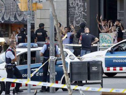 Una furgoneta ha atropellado a una multitud en La Rambla. Los Mossos d Esquadra relacionan el atentado con la explosión ayer de una casa en Alcanar