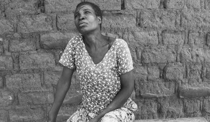 Mageni Benge, retratada en frente de su casa en la provincia de Mwanza en el norte de Tanzania. Lleva en su cara las cicatrices de un ataque ordenado por su propio hermano, a quien un curandero convenció de que era una bruja y era responsable de la muerte de sus padres.