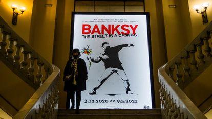 Exposición de Banksy en el Círculo de Bellas Artes de Madrid, en diciembre de 2020. El cartel reproduce la obra subastada en Sotheby's, 'Love Is in the Air'.