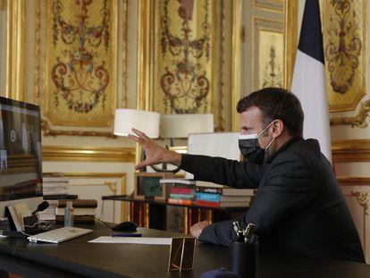 Macron, durante una videoconferencia con maestros y alumnos de una escuela del sur de Francia, este martes en el Elíseo.
