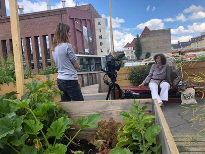 Paula García entrevistando a Francesca Ferguson alrededor de los huertos urbanos del CRCLR House en Berlín