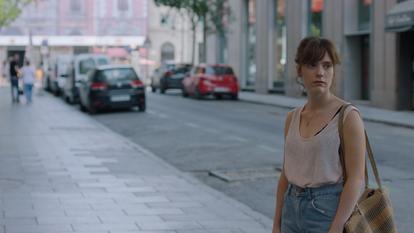 Fotograma de la película La virgen de agosto de Jonás Trueba en la calle del Círculo de Bellas Artes.