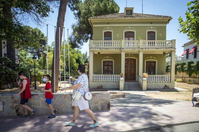 El edificio que se habilitó para albergar el Ayuntamiento de Navajas, ahora vacío por problemas de estructura.