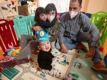 Darío Coracho Lozano junto a sus padres, Andrea y Ángel, y su hermana Delia en su casa en Tórtola de Henares (Guadalajara).