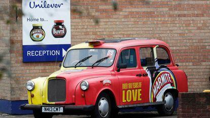 Un taxi publicitario, a la puerta de una planta de Unilever en Trent.