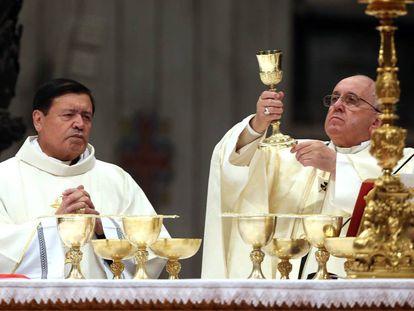 El papa Francisco (d) junto al ex arzobispo de México (i), Norberto Rivera, en 2014.