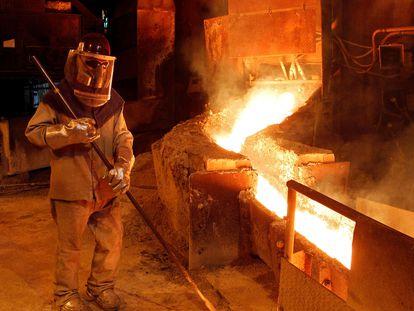 Un trabajador opera un horno de cobre en Codelco Ventanas, en la región de Valparaíso, Chile.