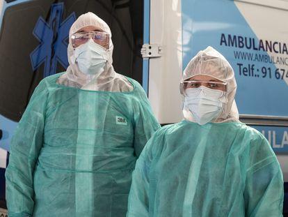 Eduardo Aragonés y Agnes Lipska, gestores de ambulancias Transamed, el domingo en su nave de Las Navas del Marqués (Ávila).