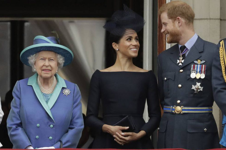 Isabel II, junto a Meghan Markle y el príncipe Enrique.