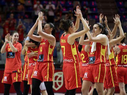 Las jugadoras de la selección española de baloncesto celebran la victoria ante Francia, al término del partido de la gira perolímpica Tokio 2020 que ha enfrentado a las selecciones de España y Francia en el Palacio de los Deportes José María Martín Carpena, en Málaga.