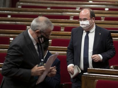Carlos Carrizosa pasa ante Miquel Iceta en el pleno del Parlament, este miércoles.