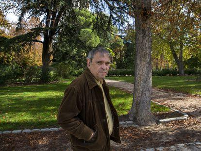 Rafael Cadenas en el parque del Retiro de Madrid, en 2014.