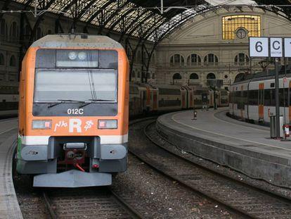 Un tren de Cercanías en la estación de França de Barcelona.
