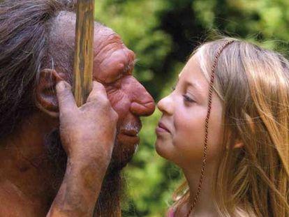 Una niña observa una figura que recrea la fisonomía atribuida al hombre de neandertal.
