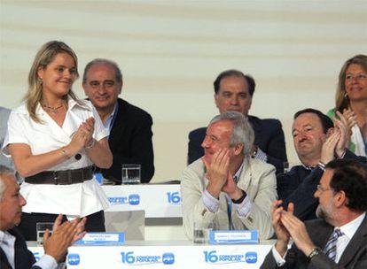 Marimar Blanco, de pie, tras ser incorporada al equipo de Rajoy en el congreso del PP.