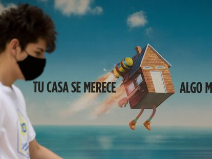 Un viandante pasa ante un anuncio hipotecario en Madrid, el pasado julio.