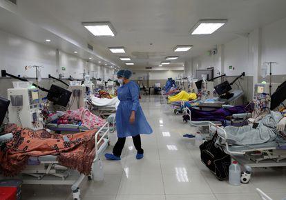 Pacientes de diálisis en medio de la crisis del coronavirus, en un hospital de Guayaquil.