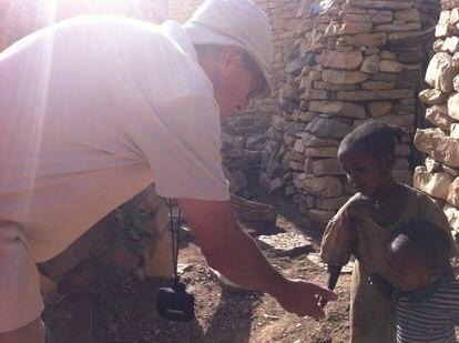 Ángel Olaran con dos niños en Etiopía.