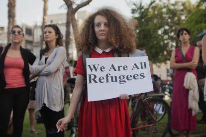 """Una manifestante, con un cartel que dice """"Todos somos refugiados"""" el pasado mayo en un acto en apoyo de los inmigrantes africanos en Tel Aviv."""