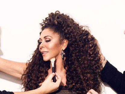 El maquillador Alberto Dugarte, la cantante Isabel Pantoja y el peluquero Antonio Abad, en la preparación de la imagen de 'Enamórate', el 'single' que la sevillana presentó en diciembre de 2019.