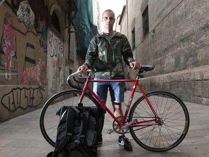 Víctor Sánchez con su bicicleta en una calle de Valencia.