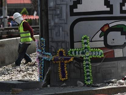 Homenaje a las víctimas del derrumbe del metro de la Línea 12, este lunes en Ciudad de México.