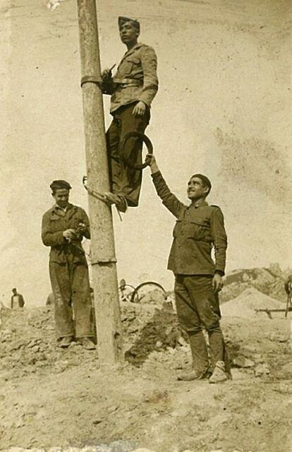 Francisco Ximénez subido a un poste de electricidad en los años cuarenta.  