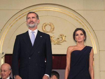 Los Reyes Felipe y Letizia, ayer en el Teatro Real de Madrid.